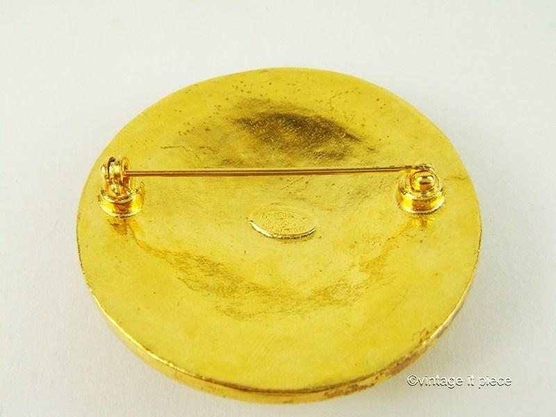 chanel brosche cc logo goldfarbenes metall vintageitpiece. Black Bedroom Furniture Sets. Home Design Ideas